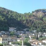 アルバニアの千の窓の町ベラットでのんびり滞在
