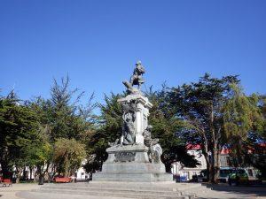 中心地にある広場のマゼラン像